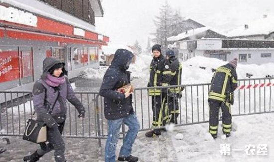 瑞士连日暴雪致使交通中断 1.3万名游客被困