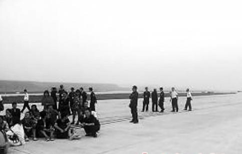 昆明乘客跑道拦飞机 称想回家实属无奈图片