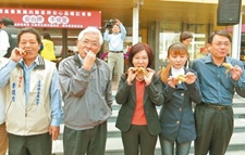 台湾呼吁民众吃鸡1小时抢光800只
