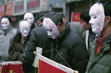 西安农民工戴上面具上街讨薪