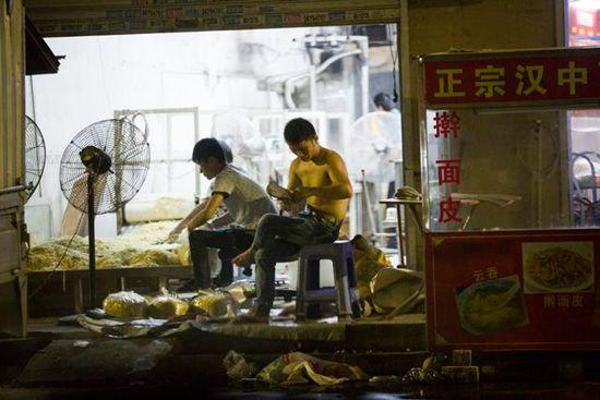 """深圳""""抠脚热干面""""--抠脚大汉的的汗水加料"""