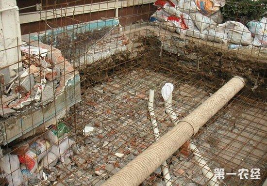 4)分布筋则是放在受力钢筋之上起一个将力均匀传递给受力筋,分布筋出现在板中,布置在受力钢筋的内侧,与受力钢筋垂直。作用是固定受力钢筋的位置并将板上的荷载分散到受力钢筋上,同时也能防止因混凝土的收缩和温度变化等原因,在垂直于受力钢筋方向产生的裂缝。用于屋面板、楼板内,与板的受力筋垂直布置,将承受的重量均匀地传给受力筋,并固定受力筋的位置,以及抵抗热胀冷缩所引起的温度变形。