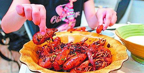 厦门:18岁小伙狂吃小龙虾导致痛风发作