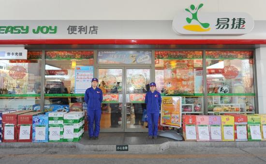 沈阳:市民在加油站便利店买到过期食品 售货员拒不退款