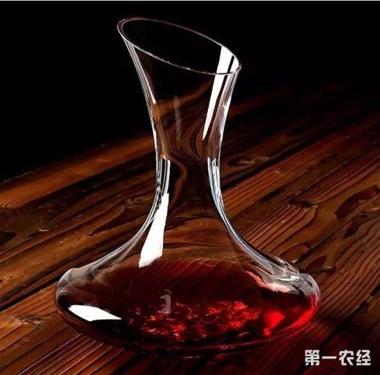 合杯底偏宽的醒酒杯,如赤霞珠(Cabernet Sauvignon)、小西拉(