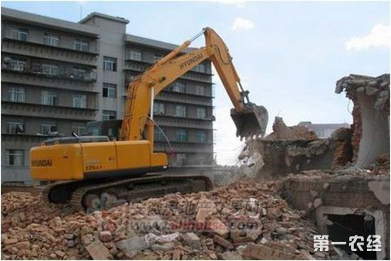 第一农经网 由于旧城改造,全国多地被列入了今年拆迁范围。近日,部分地区的评估部门已到现场丈量,要求住户马上准备租房,租房期间给予租房费用,预计2018年7月份可搬迁新楼房。所有人都会遇到要钱还是要房这一问题,房屋拆迁补偿到底怎么算?别着急,我们一起分析一下。