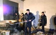 天津:端掉一面筋加工黑作坊  屋内环境油污满地脏乱不堪