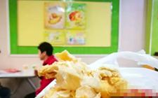 """福州:15岁少年吃华莱士竟吃出""""纸鸡腿""""  恶心到吐!"""