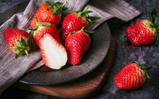 潍坊:吃草莓染红手指疑似染色?专家称:实为天然色素不必惊慌