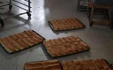 云南大理:卫生脏乱原料随意堆放 查处一面包加工黑作坊