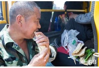 民工带60斤煎饼打工 称每天吃可食用4个月