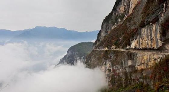 重庆双坪:村民自发凿出悬崖天路 建起摆脱贫困的桥梁