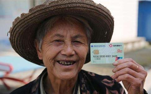湖北秭归:首次试点推出居民健康卡 实现金融医疗二合一