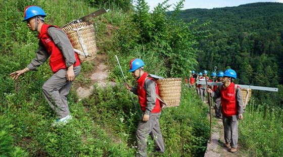 湖北恩施:为了山区的光明 电工们负重翻山越岭
