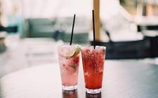 猛喝冷饮诱发肠炎和头疼 医生提醒:夏日防暑更需防寒