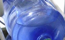 """贵州铜仁:自来水摇身一变成""""纯净水"""" 一直饮桶装水黑窝点被铲除"""