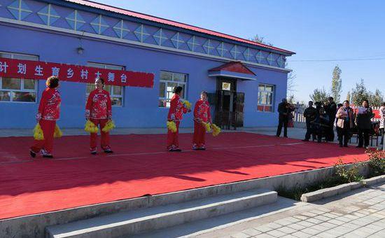 云南龙陵:乡村舞台闹活了乡村文化