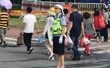 长春农博会现场:走失女孩哭不停,女警耐心哄劝帮找家长