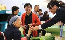 <b>2017甘肃农博会展品琳琅满目 86岁老人坐轮椅前来围观</b>