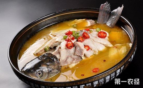 """西安:一锅酸菜鱼里竟吃出了四条鱼尾  店家称是""""赠送""""的?"""