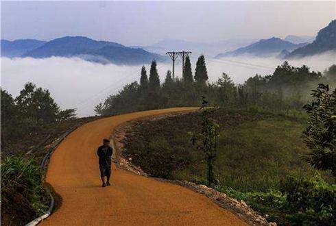 """贵州双谷村:沥青路为山村送来""""真金白银"""""""
