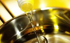 湖北恩施州食药监局集中处理了一批过期食用油 尚未流入市场