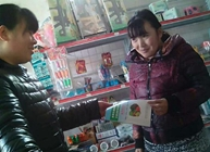 菏泽岳程街道加强食品安全知识 发食品安全手册