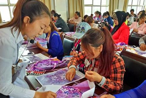 塔城市:手工编织技能培训为妇女开辟致富途径