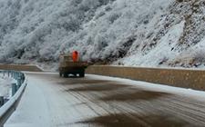 <b>江西:多措并举防御冰雪灾害确保庐山旅游公路安全畅通</b>