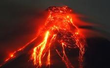 菲律宾马荣火山持续喷发 政府警告民众撤离