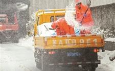 <b>江苏南京持续暴雪致交通受阻融雪盐告急</b>