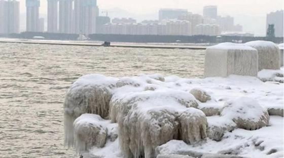 山东威海受寒潮影响 海水结冰现冰凌景观
