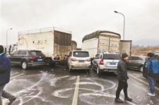 <b>云南昆楚高速结冰致53车相撞4人当场坠亡</b>