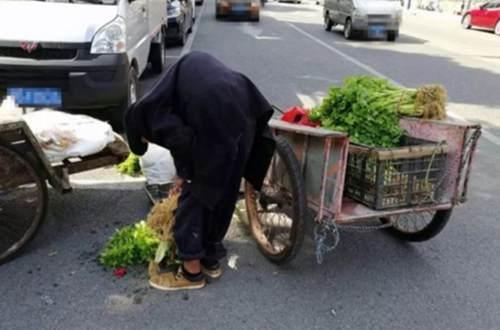 福建厦门一驼背老人除夕节街头卖菜