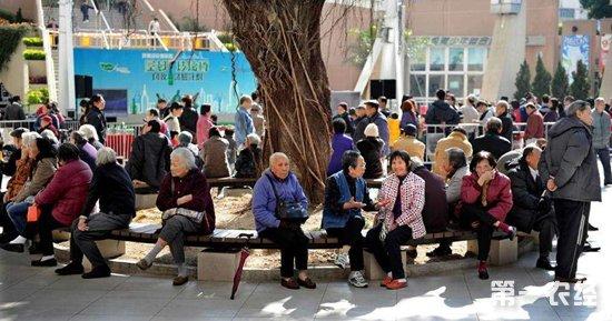 如何积极应对人口老龄化?2018年两会代表委员建言献策