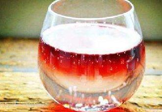 酒桌上的红酒兑雪碧喝法到底好吗