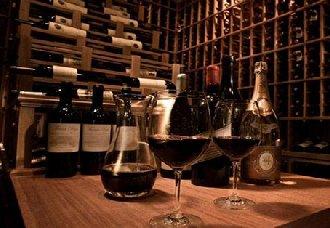 葡萄酒存放是要横躺还是直立呢?