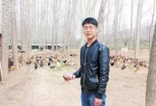 90后大学生为照顾重病父亲回乡养鸡 走上幸福致富路