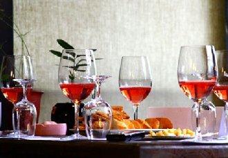在进口极具特色的桃红葡萄酒时应注意什么问题