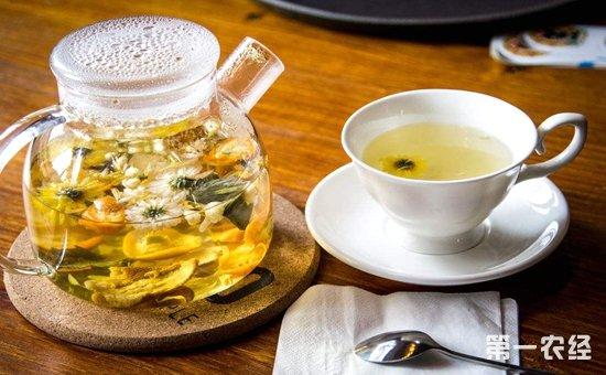 菊花也适宜与多种花,茶一起泡水饮用,功效更为显著,如以下几种