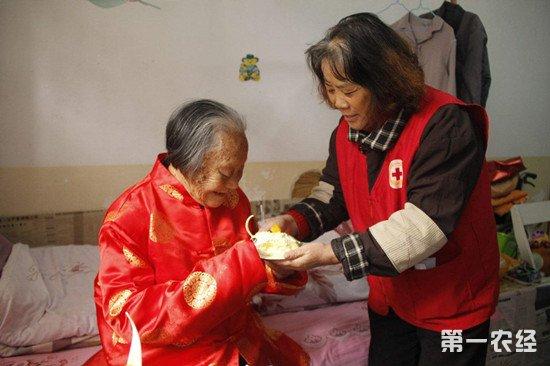 """山西临县:""""孝心红包""""解贫困老人生活难题"""