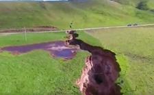 <b>新西兰北岛暴雨致地面塌陷 形成深达20米的大裂谷</b>