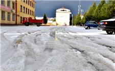 四川省红原县突降冰雹 13分钟冰雹满地