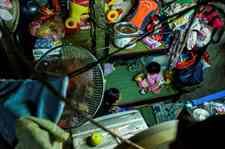 <b>越南首都胡志明蜗居生活:一家人住在2平方米的房子里</b>