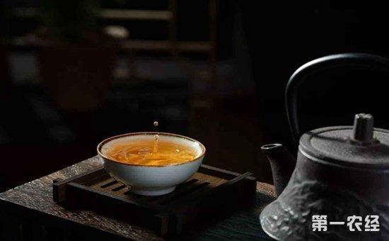 以上就是关于饮茶的最佳时间段的介绍。从上面我们知道,早晨起床后、午后、晚上这三个时间段都是十分不错的饮茶时间。对于喜欢饮茶的朋友们来说,可以尝试在这三个时间段进行饮茶。另外,在饮茶的过程中,也有很多的注意事项,比如一杯茶的冲泡次数,四季不同季节的饮茶时间,每日饮茶的量以及其它的一些注意事项,这些都是我们在饮茶的过程中,需要多加注意的。本次内容就介绍到这里,喝茶选择恰当的时间饮用对身体更有好处。其次,喝茶的时候还要注意饮茶的相关事项,避免不当的饮用方法对身体造成不利的影响。