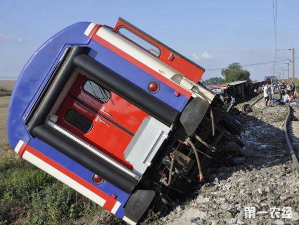 土耳其强降雨致列车脱轨 铁路路基塌陷10死73伤