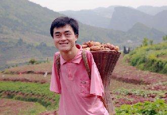 <b>湖北巴东:无臂青年依靠农村电商 把农产品变成土特产实现脱贫</b>