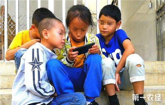 留守儿童存在的问题_谨防农村儿童手机成瘾 留守儿童手机上网时间远超城市儿童 ...