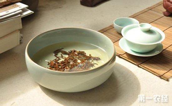 茶叶水可以类比作为一种富含营养的水,类似于面膜,不像是喝茶需要热茶,洗脸水需要烫水吗?适宜的温水就可以了,如果类比作为面膜,那么干净卫生也是需要注意的方向,比较我们不会把暴露在空气很久的面膜继续使用,因为细菌已经在上面开始生根发芽了。而面膜也是一周一次的产品,频繁使用得不偿失哦!