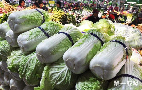 山东受台风影响菜价疯狂上涨 市民直呼买菜还不如吃肉